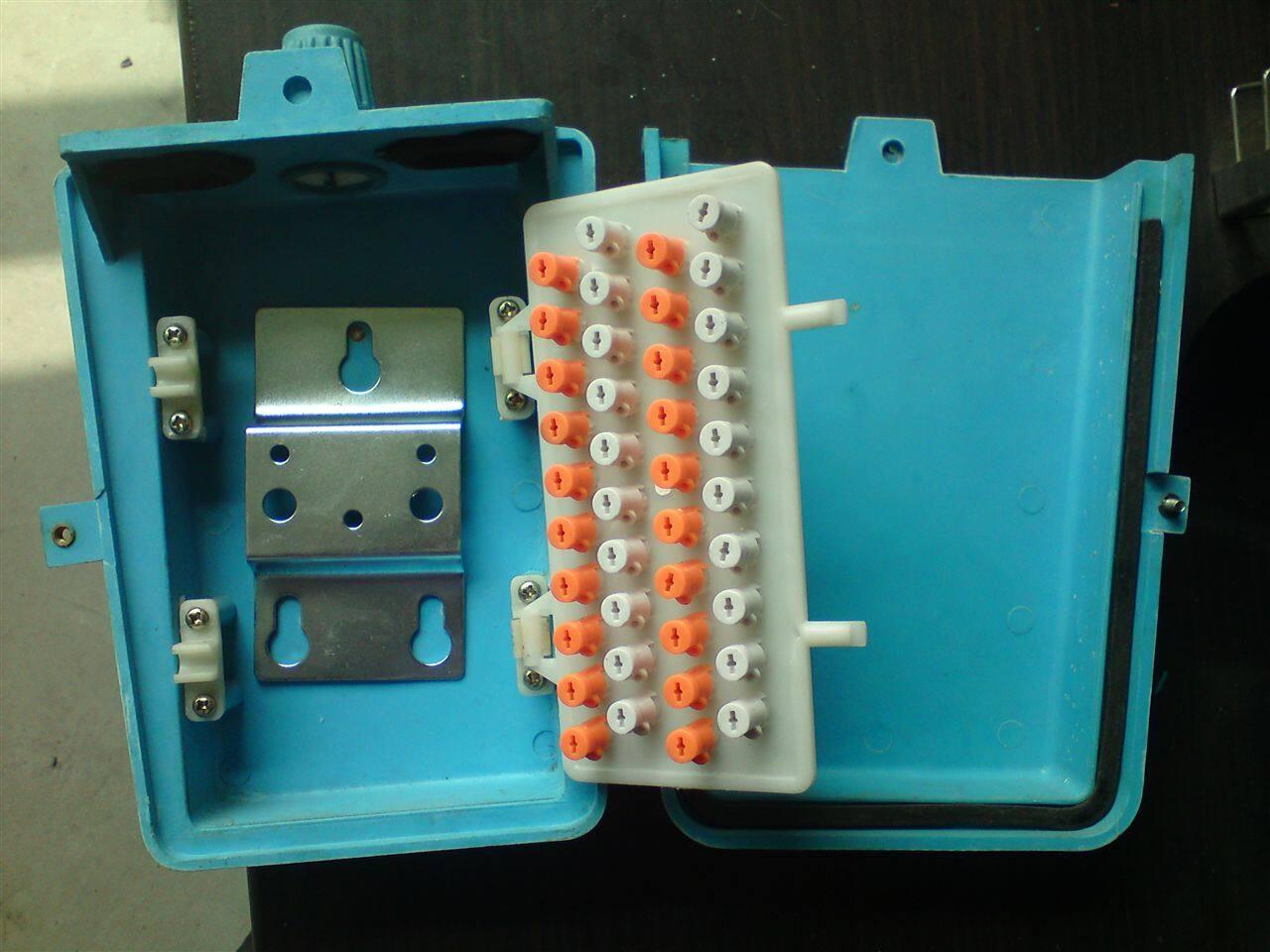 该产品采用先进的旋转卡接和压接两种接续方式,旋转卡接续,芯线自动卡接自动剥皮、自动剪断多余线头,接点不外露,接续快捷方便可靠。 2、接线端子板能够自由翻转,便于正反接线。 可直接夹住压线螺钉测试,测试方便,上下贯穿。 3、外壳采用铝合金压铸制造,防锈性强,安装方便。 4、接线端子板采用优质自熄性工程塑料ABS注塑成型,绝缘性能好。其阻燃达到GB—4609规定FU—0标准。 5、技术指标 环境温度:-55—+55 适用电缆:芯线0.
